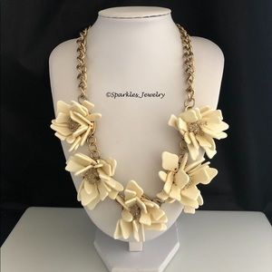 Plunder Italy Necklace - Cream color flowers